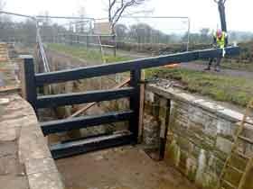 Fitting metal top gate
